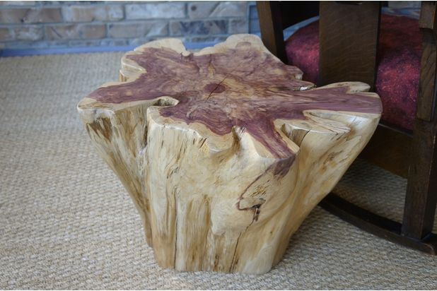 готовый столик из пня, перевернутый корневой частью вверх