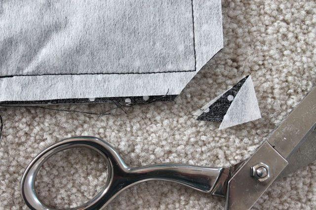 Оба нижних уголка подкладки для сумки также обрезаем по диагонали