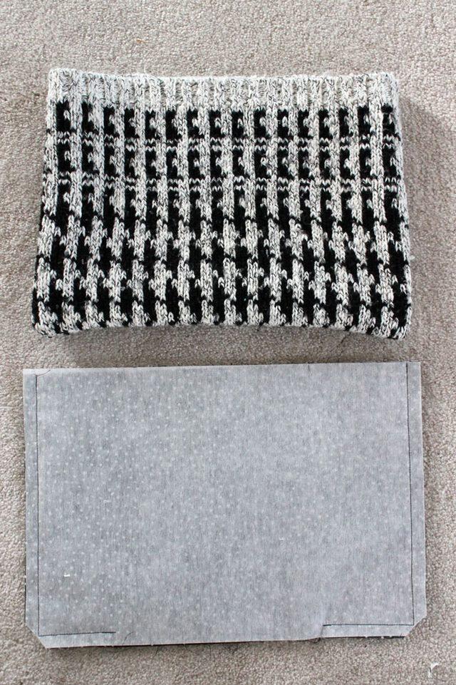 Сшитую деталь из свитера выворачиваем на лицевую сторону. Сшитую деталь из подкладочной ткани оставляем как есть – изнаночной стороной наружу.
