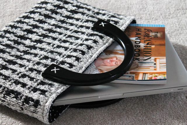 Как сшить современную элегантную сумку или чехол для планшета из ненужного свитера