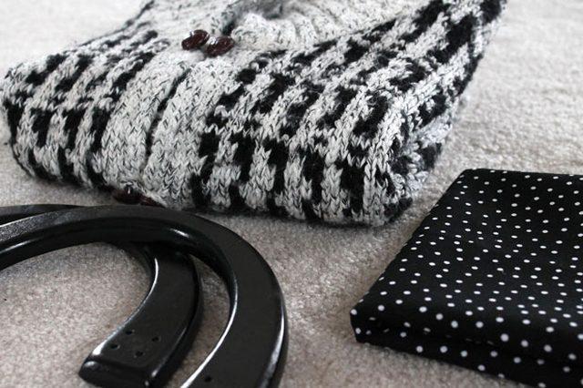 Как сшить современную элегантную сумку или чехол для планшета из ненужного свитера - исходные материалы