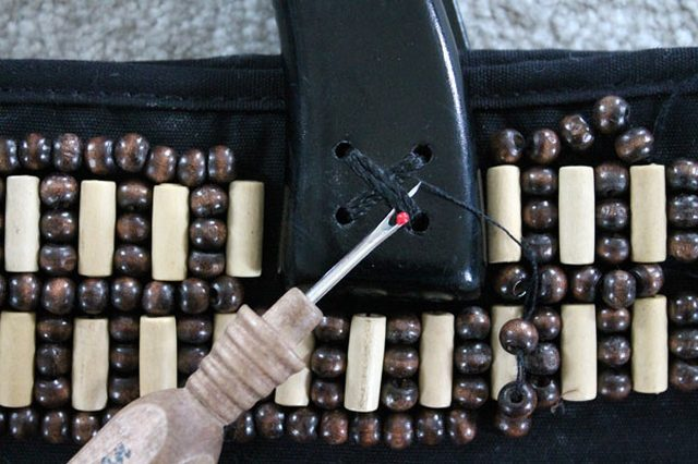 Аккуратно спарываем ручки со старой сумки