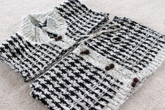 Здесь отрезаем кусок высотой 28 см – весь низ свитера