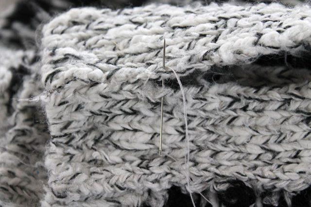 Открытые стороны кофты спереди, на которых на кофте пуговицы и петли, сшиваем - здесь встык вручную