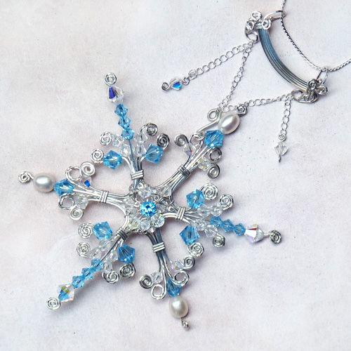 Как сделать крупный кулон или елочную игрушку в виде снежинки зимней феи из бусин и серебряной проволоки