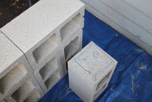 Опять новый блок, ставим его вертикально, наносим клей на одну малую сплошную сторону