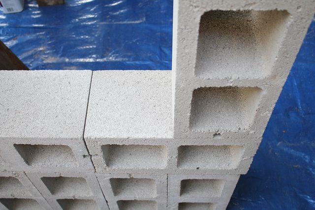 Ставим клеем вниз этот блок, выравнивая по дальнему краю наращенной базы