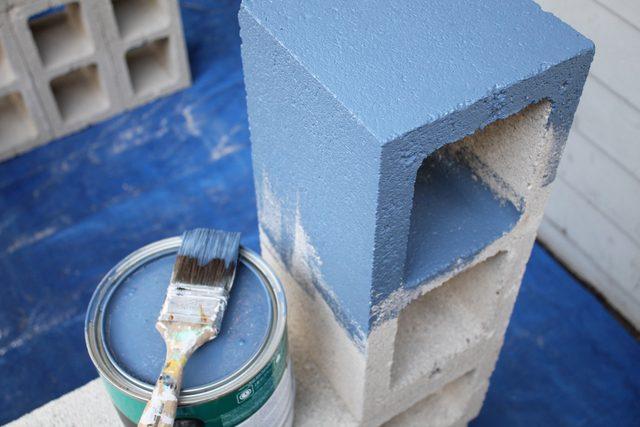Красим полностью готовые конструкции из шлакоблоков экстерьерной водостойкой краской