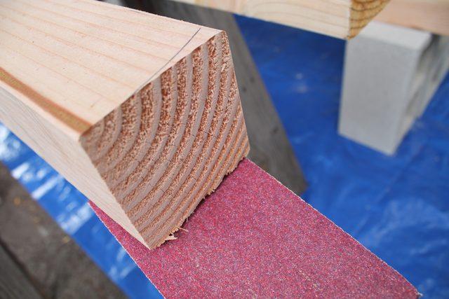 Ошкуриваем спилы и другие недочеты по длине каждой готовой доски требуемого размера, убирая все потенциальные занозы, отметины от штампов и маркировок