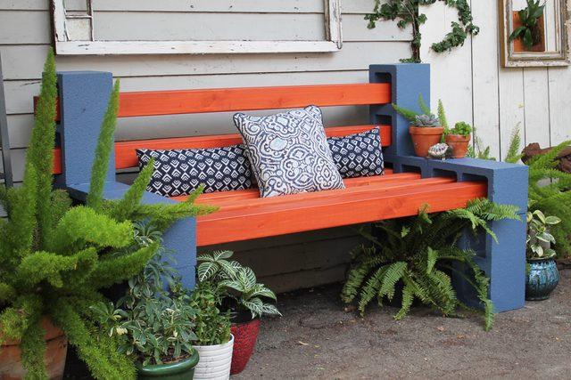 Добавьте вокруг скамьи растения, на сидение бросьте побольше подушек, чтобы те поддерживали спину