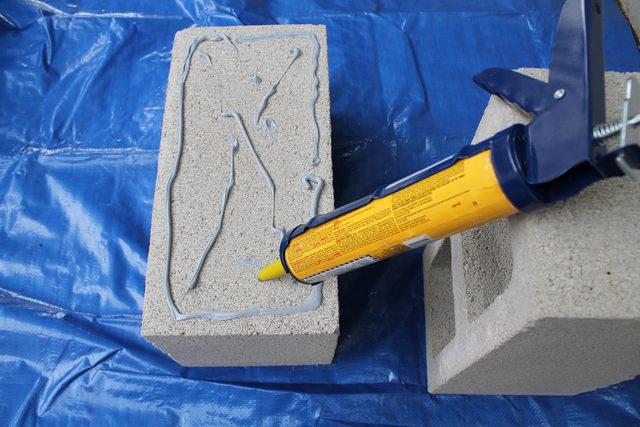 Ставим первый бетонный блок любой из двух длинных и цельных сторон вверх и клеем рисуем прямоугольник по периметру этой стороны