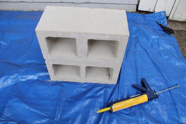 Берем второй блок и такой же длинной и цельной стороной снизу очень ровно ставим его на клей на первый блок