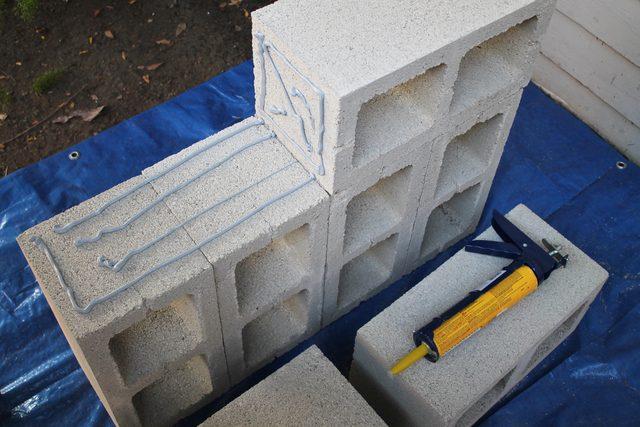 Идеально выравнивая, ставим новый блок длинной сплошной стороной на базу так, чтобы короткая сторона с клеем смотрела в центр этой базы
