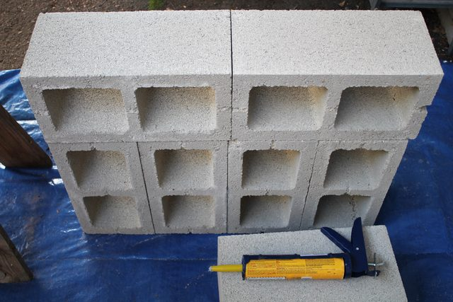 Снова берем новый блок и очень ровно кладем его на оставшееся место в конструкции, сильно прижимая и к базе, и к боковой стороне верхнего блока
