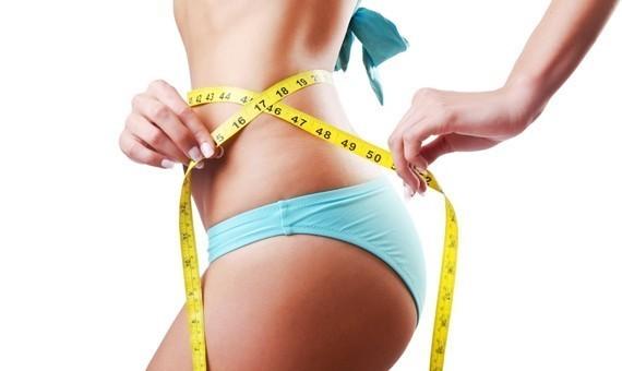 похудение, девушка меряет талию сантиметром
