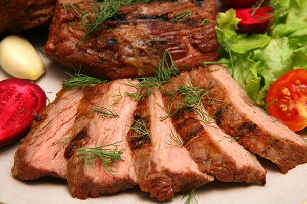 аппетитные куски мяса с зеленью, потсное мясо с овощами