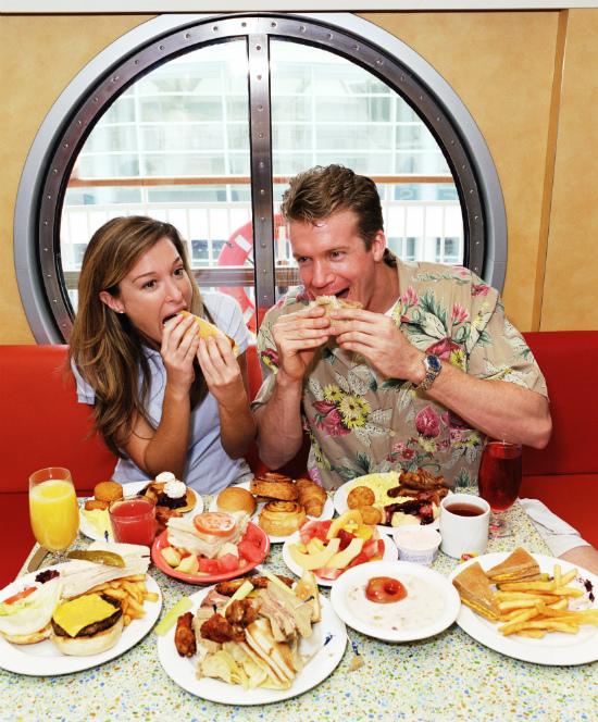 вредная пища, поедание фаст-фуда с аппетитом, свободный день