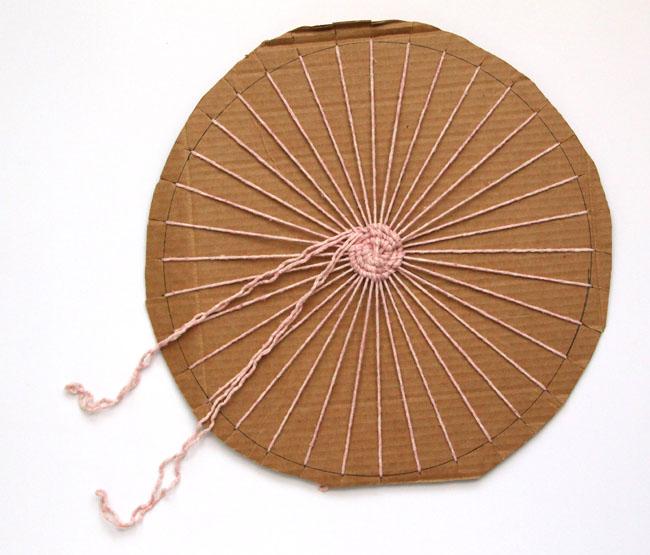 Плетение стоит начать с реальной толстой коммерческой пряжи или с самой тонкой пряжи из полосок от футболок