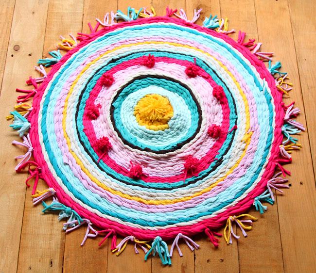 Готовый плетеный круглый коврик из лент из футболок своими руками