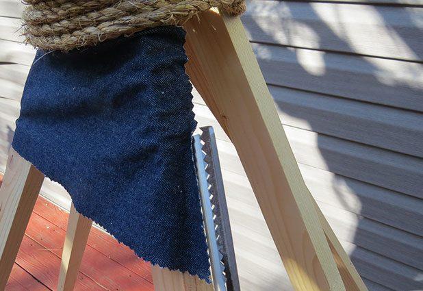 Лишний материал полосок также отрезаем фестонными ножницами