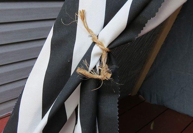 присбираем полы входа в шалаш на веревочки по бокам
