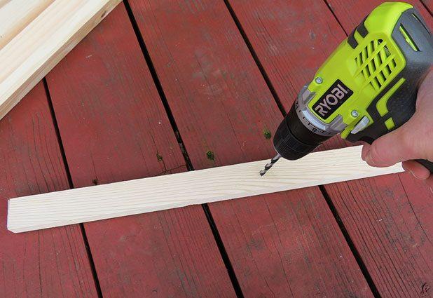 Распилили брус на 6 деталей одинаковой длины – просверлите в каждой насквозь и ровно посередине достаточно широкое для вдевания веревки отверстие на расстоянии в 30,5 см от верха