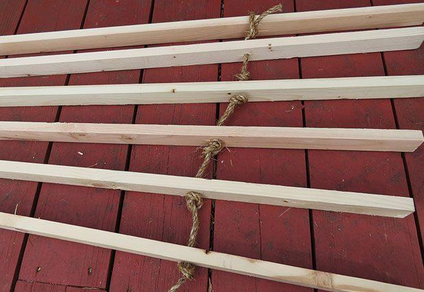 Свяжите все брусы шалаша/вигвама веревкой через отверстия