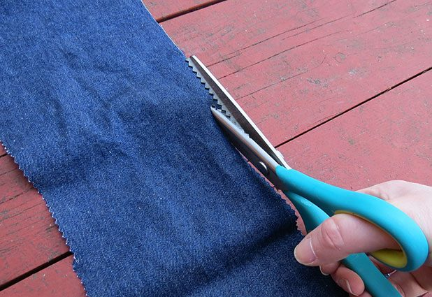 Теперь нарезаем ткань для покрытия шалаша/вигвама фестонными (фигурными) ножницами