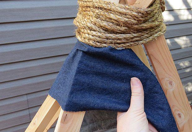 …и быстренько по кругу, туго натягивая ткань, приклеиваем готовые полоски по очереди изнанкой к дереву