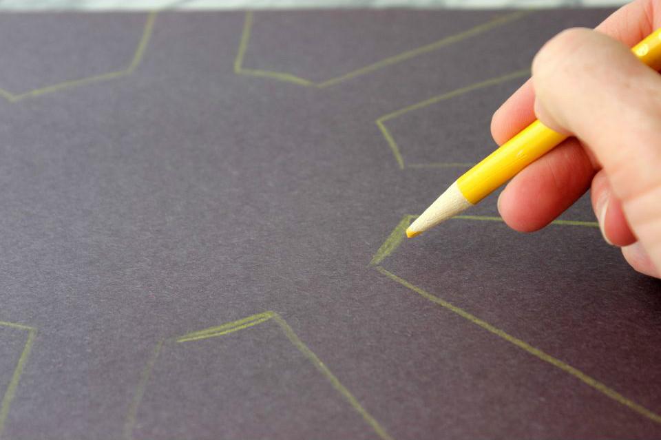 рисуем контур рисунка на темной фоне солнышко