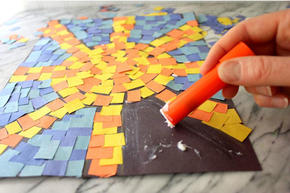 наклеиваем квадраты цветной бумаги на солнышко