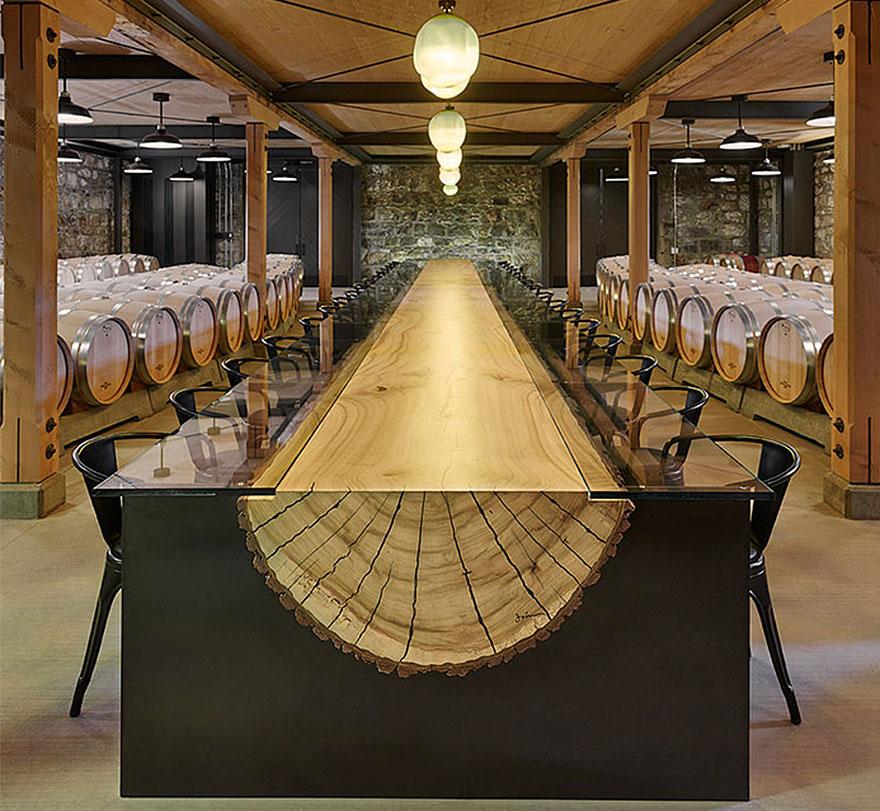 Как выглядят самые необычные и креативные столы в мире - огромный стол из половины ствола дерева