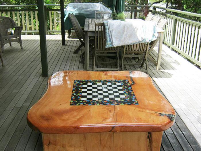 Как выглядят самые необычные и креативные столы в мире - столы с вставкой из шахматной доски в прозрачной резине