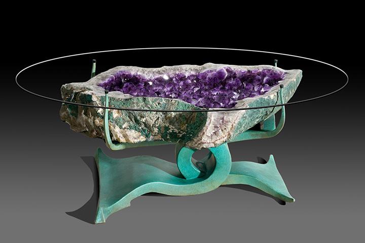 Как выглядят самые необычные и креативные столы в мире - стол из огромного аметиста