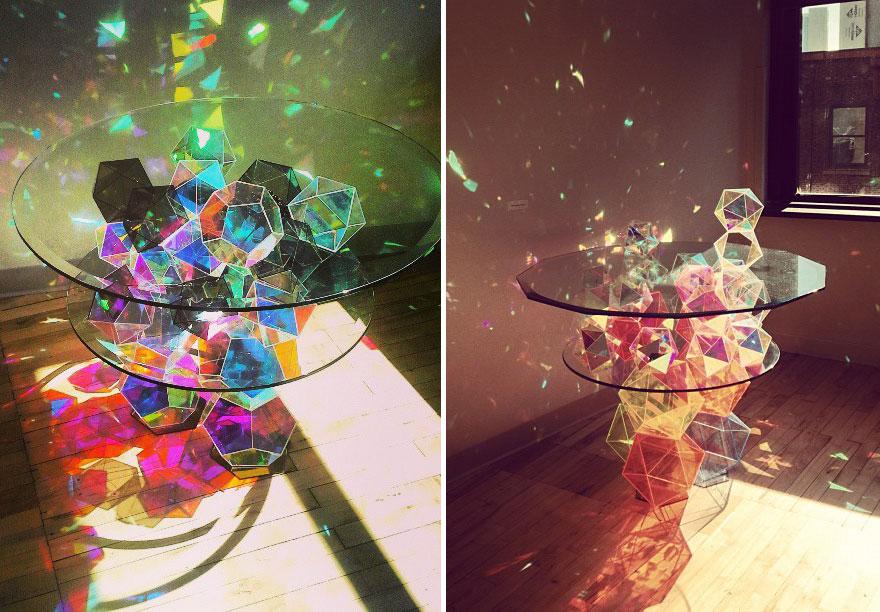 Как выглядят самые необычные и креативные столы в мире - стол из объемных геометрических фигур из цветного стекла