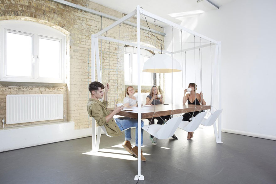 Как выглядят самые необычные и креативные столы в мире - стол с рамой, на которой висят качели вместо стульев
