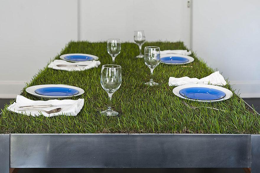 Как выглядят самые необычные и креативные столы в мире - пикник-стол с травой вместо столешницы