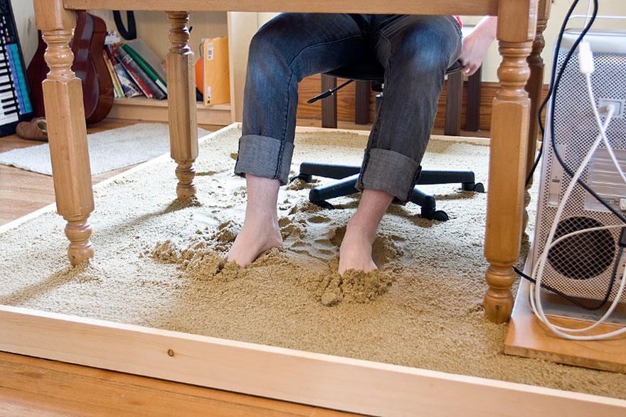 Как выглядят самые необычные и креативные столы в мире - стол, стоящий на песочнице