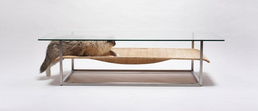 Как выглядят самые необычные и креативные столы в мире - стол с кошачьим гамаком под столешницей