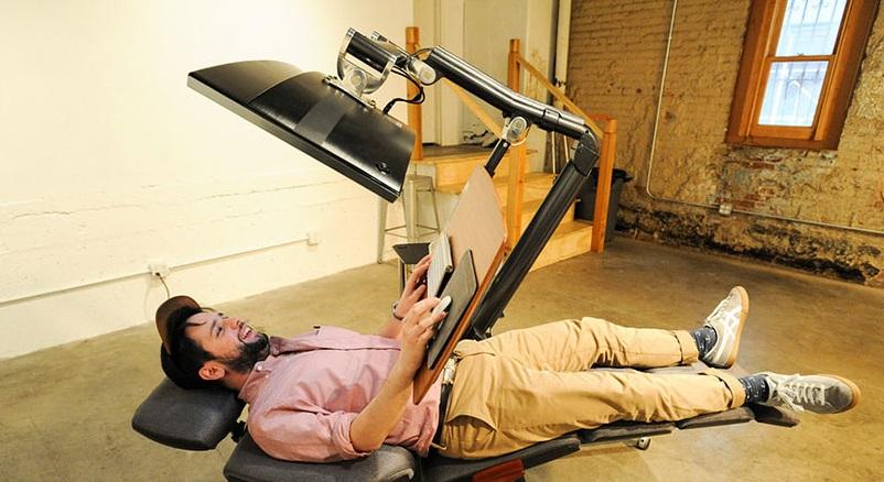 Как выглядят самые необычные и креативные столы в мире - стол для работы за компьютером лежа