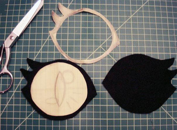 Вырежьте контуры обоих глаз из первого – черного - материала