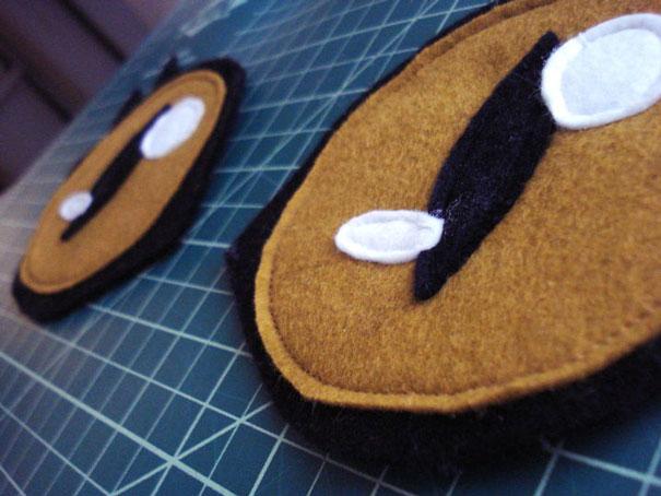 прошейте круг по периметру на машинке или вручную: соберите из деталей и пришейте глаза на свитер