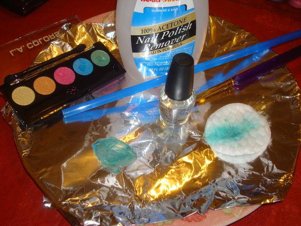 На фольге смешайте прозрачный лак для ногтей с тенями для век, тестируя цвет