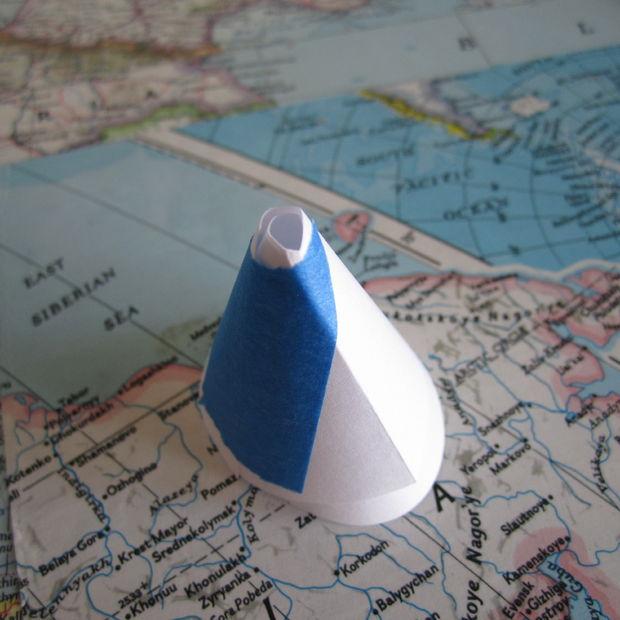 склейте небольшой конус из бумаги и липкой ленты, чтобы удобнее было засыпать тени в бутылочку с лаком