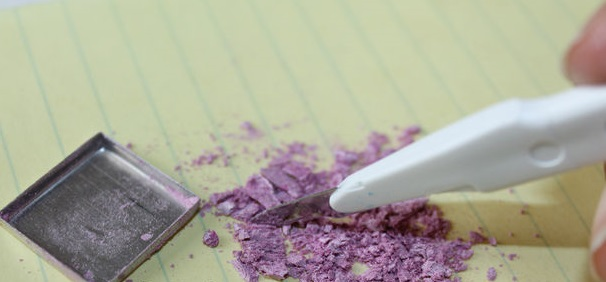 Тени стоит заранее трубочкой измельчить прямо в их исходной таре, а можно насыпать немного на бумагу и трубочкой или маленьким ножом измельчить на ней