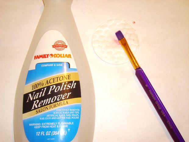 Чтобы почистить отдельную кисточку, используйте жидкость для снятия лака для ногтей и ватные диски