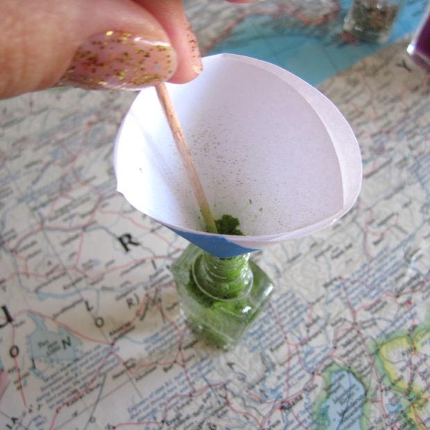 Откройте бутылочку с прозрачным лаком для ногтей. Вставьте в ее горлышко конус.