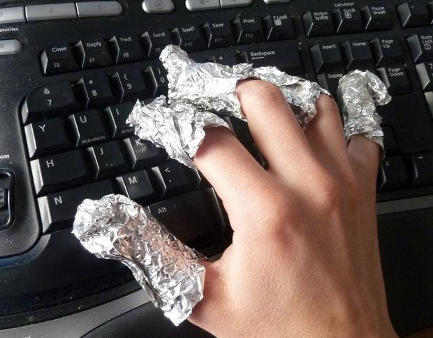 если на кончике каждого пальца накрутите из фольги маленькие заостренные выступы, сможете во время процедуры продолжить печатать на клавиатуре