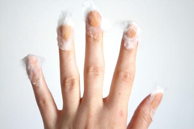 Плотно прижмите смоченный кусочек ваты к накрашенному ногтю
