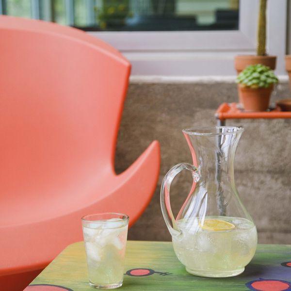 обновить/освежить веранду, террасу или патио для лета; стул столик графин с лимонадом
